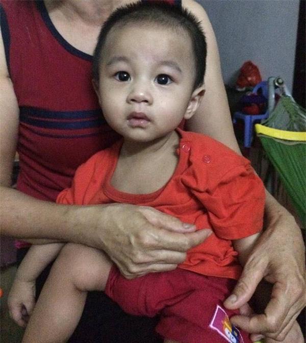 Hà Nội: Bé trai 1 tuổi bị bỏ rơi tại hội chợ kèm theo lá thư người mẹ để lại nói lời xin lỗi con - Ảnh 5.