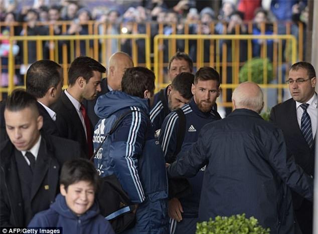 Bị lôi đi và bật khóc khi cố gặp Messi, cậu bé ngay lập tức nhận được món quà đặc biệt - Ảnh 1.