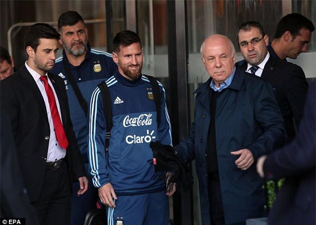 Bị lôi đi và bật khóc khi cố gặp Messi, cậu bé ngay lập tức nhận được món quà đặc biệt - Ảnh 2.