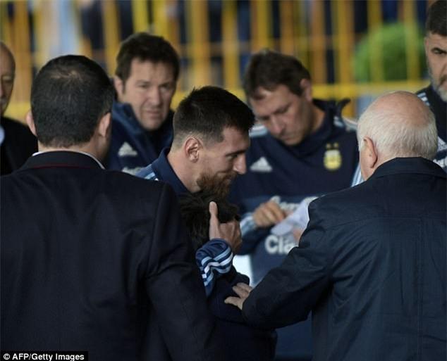 Bị lôi đi và bật khóc khi cố gặp Messi, cậu bé ngay lập tức nhận được món quà đặc biệt - Ảnh 3.