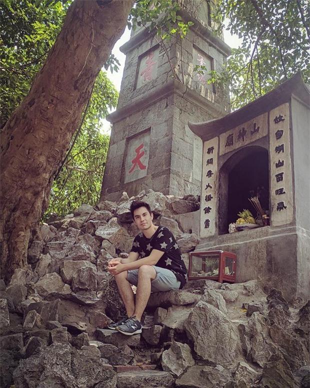 Cư dân mạng Việt Nam lên tiếng vì Sam Tsui up ảnh ngồi quay lưng vào bàn thờ ở Tháp Bút - Ảnh 1.
