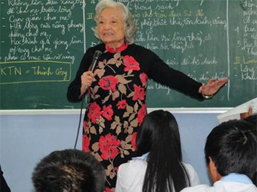 Tiết học khiến hàng triệu người xem rơi nước mắt của cô giáo ngoài 80 tuổi - Ảnh 2.