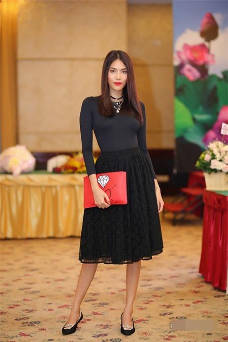 Minh Hằng - Hoàng Thùy đua top mặc đẹp trên thảm đỏ với loạt thiết kế bồng bềnh-8