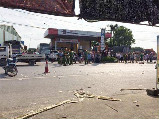 Hưng Yên: Bị cuốn vào gầm xe tải sau va chạm cực mạnh, 2 cô gái 14 tuổi tử vong tại chỗ - Ảnh 1.