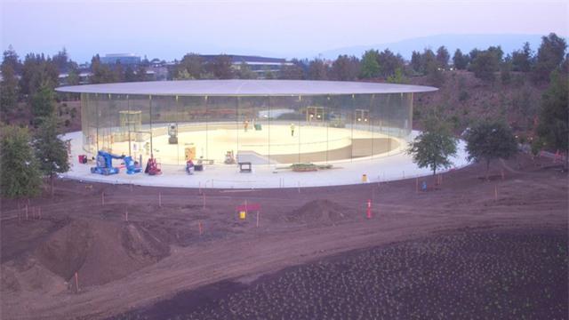 Với vị trí tại trung tâm của tàu vũ trụ (tên gọi quen thuộc của Apple Campus), rạp hát Steve Jobs có sức chứa dự kiến khoảng 1.000 người, và có kiến trúc giống như một khán đài.
