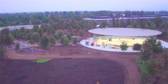 Dù sở hữu kích thước khá nhỏ nhưng công trình vẫn đặc biệt thu hút sự chú ý. Rạp hát nằm trên một ngọn đồi, tại vùng đất cao hơn so với phần còn lại. Nó giống như ông ấy vậy, Tim Cook cho biết, ám chỉ huyền thoại Steve Jobs.