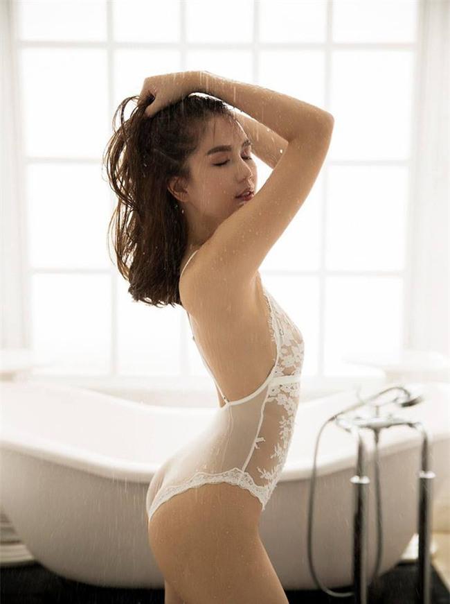 Ngay cả những người đẹp có vòng 3 nóng bỏng nhất cũng chưa chắc so bì được với Angela Phương Trinh - Ảnh 12.