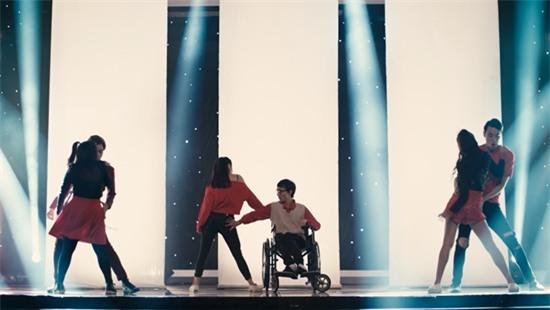 Vừa hôn Rocker Nguyễn, Angela Phương Trinh lại lên giường với Hữu Vi trong tập 2 Glee-5