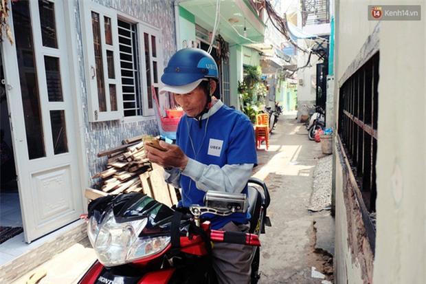 Câu chuyện cảm động của thầy giáo đơn thân chạy xe ôm nuôi 2 cô con gái ăn học ở Sài Gòn - Ảnh 2.