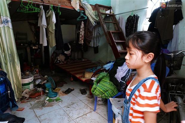 Câu chuyện cảm động của thầy giáo đơn thân chạy xe ôm nuôi 2 cô con gái ăn học ở Sài Gòn - Ảnh 4.
