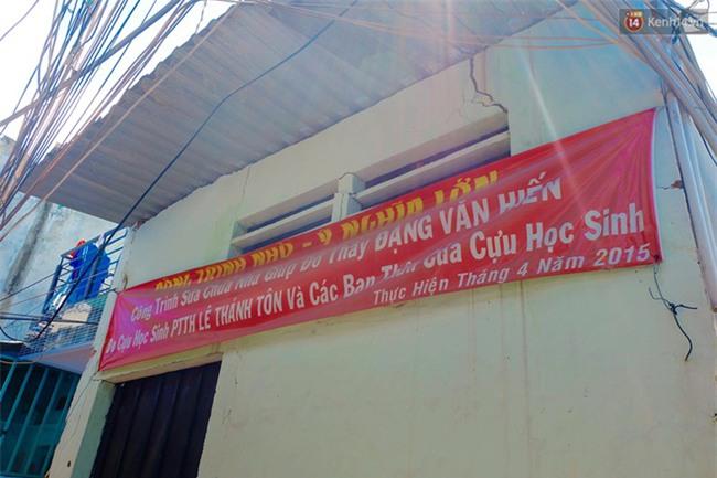Câu chuyện cảm động của thầy giáo đơn thân chạy xe ôm nuôi 2 cô con gái ăn học ở Sài Gòn - Ảnh 6.