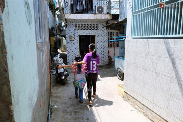 Câu chuyện cảm động của thầy giáo đơn thân chạy xe ôm nuôi 2 cô con gái ăn học ở Sài Gòn - Ảnh 7.