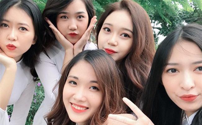 Tấm ảnh 5 cô bạn xinh đẹp, cùng mặc đồng phục Kinh tế quốc dân hot nhất hôm nay!