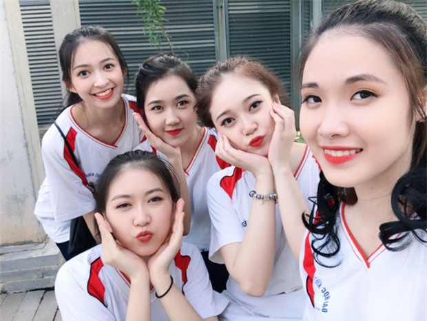 Tấm ảnh 5 cô bạn xinh đẹp, cùng mặc đồng phục Kinh tế quốc dân hot nhất hôm nay! - Ảnh 1.