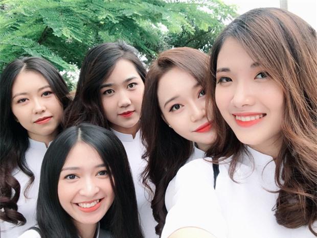 Tấm ảnh 5 cô bạn xinh đẹp, cùng mặc đồng phục Kinh tế quốc dân hot nhất hôm nay! - Ảnh 2.