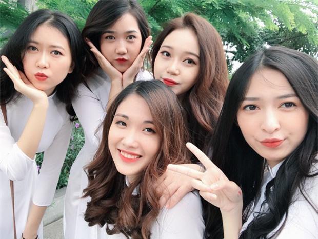 Tấm ảnh 5 cô bạn xinh đẹp, cùng mặc đồng phục Kinh tế quốc dân hot nhất hôm nay! - Ảnh 7.