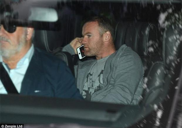 Rooney ôm hôn người đẹp nóng bỏng trong đêm bị cảnh sát bắt - Ảnh 3.