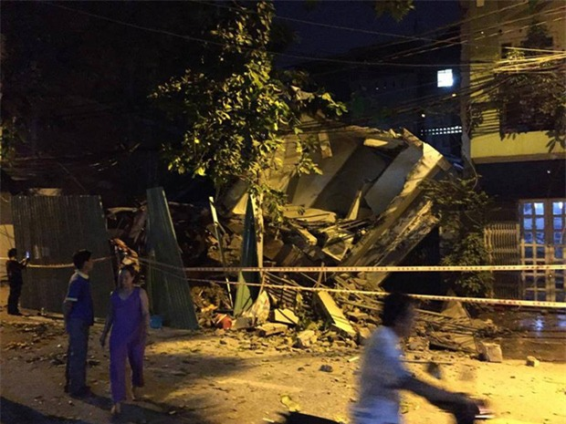 Nhiều người tháo chạy thoát khỏi 2 căn nhà đổ sập ở Sài Gòn - Ảnh 1.