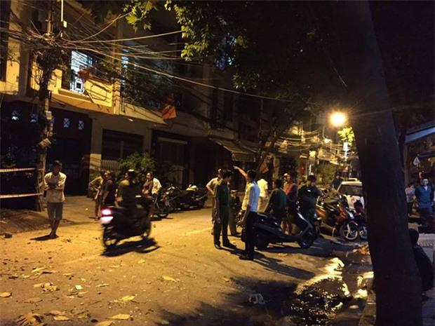 Nhiều người tháo chạy thoát khỏi 2 căn nhà đổ sập ở Sài Gòn - Ảnh 2.