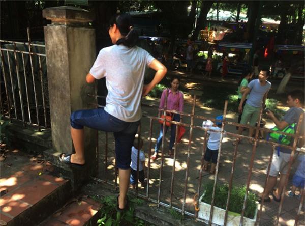 Hà Nội: Nhiều bậc cha mẹ trèo rào, trốn vé vào CV Thủ lệ ngày nghỉ lễ đầu tiên - Ảnh 1.
