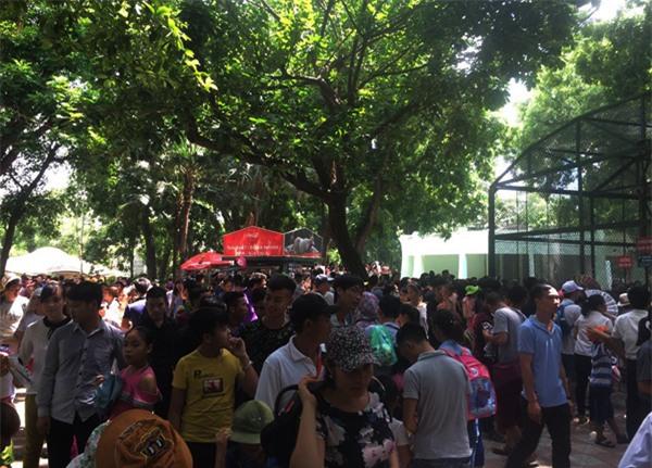 Hà Nội: Nhiều bậc cha mẹ trèo rào, trốn vé vào CV Thủ lệ ngày nghỉ lễ đầu tiên - Ảnh 10.