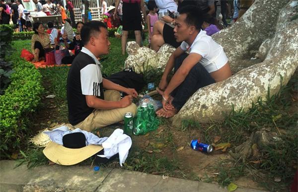 Hà Nội: Nhiều bậc cha mẹ trèo rào, trốn vé vào CV Thủ lệ ngày nghỉ lễ đầu tiên - Ảnh 13.