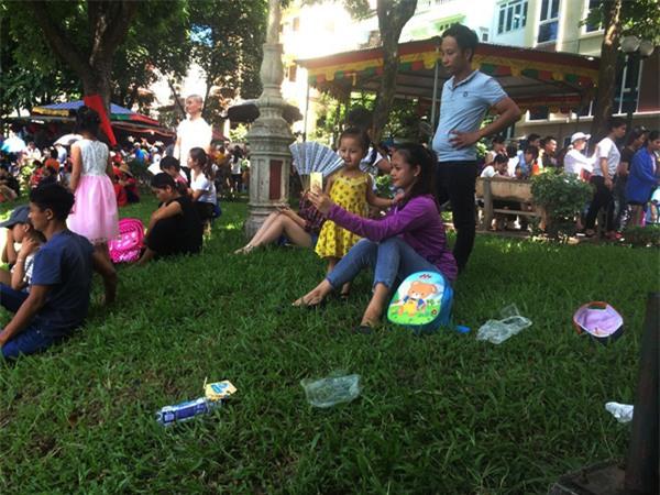 Hà Nội: Nhiều bậc cha mẹ trèo rào, trốn vé vào CV Thủ lệ ngày nghỉ lễ đầu tiên - Ảnh 14.