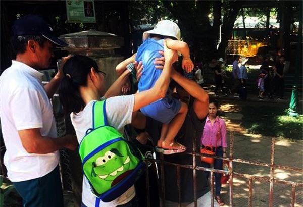 Hà Nội: Nhiều bậc cha mẹ trèo rào, trốn vé vào CV Thủ lệ ngày nghỉ lễ đầu tiên - Ảnh 4.