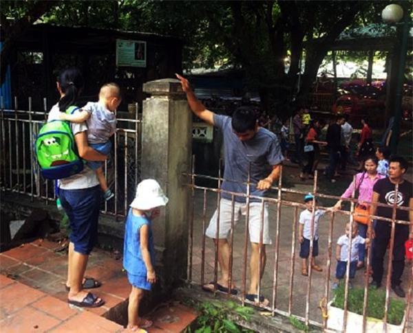 Hà Nội: Nhiều bậc cha mẹ trèo rào, trốn vé vào CV Thủ lệ ngày nghỉ lễ đầu tiên - Ảnh 5.