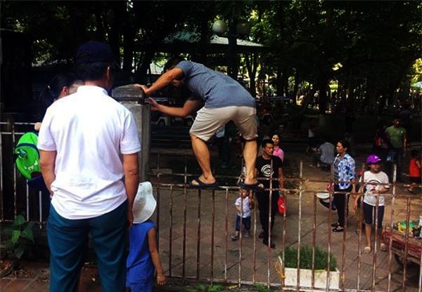Hà Nội: Nhiều bậc cha mẹ trèo rào, trốn vé vào CV Thủ lệ ngày nghỉ lễ đầu tiên - Ảnh 6.