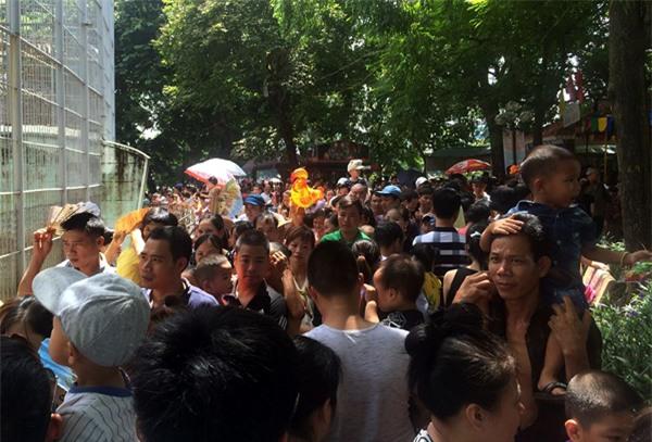 Hà Nội: Nhiều bậc cha mẹ trèo rào, trốn vé vào CV Thủ lệ ngày nghỉ lễ đầu tiên - Ảnh 8.