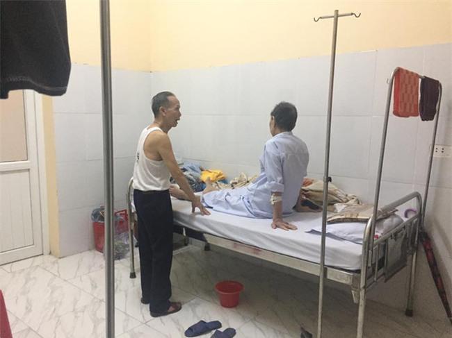 Cụ ông chạy xe 30km vào viện chăm anh trai 90 tuổi: Hình ảnh khiến bao trái tim thổn thức - Ảnh 3.