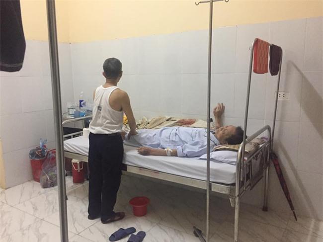 Cụ ông chạy xe 30km vào viện chăm anh trai 90 tuổi: Hình ảnh khiến bao trái tim thổn thức - Ảnh 4.