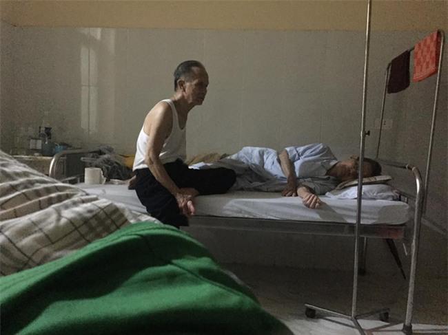 Cụ ông chạy xe 30km vào viện chăm anh trai 90 tuổi: Hình ảnh khiến bao trái tim thổn thức - Ảnh 5.