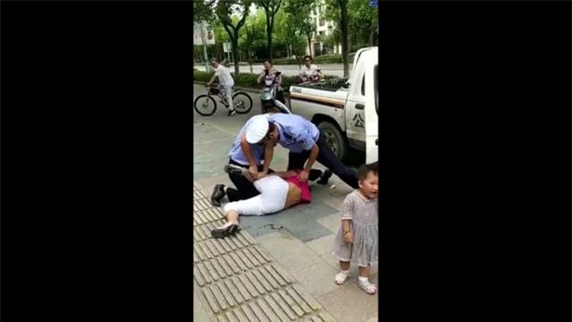 Tranh cãi với cảnh sát, mẹ đang bế con bị quật ngã sấp mặt vì lý do không thể chấp nhận - Ảnh 2.
