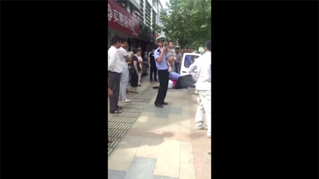 Tranh cãi với cảnh sát, mẹ đang bế con bị quật ngã sấp mặt vì lý do không thể chấp nhận - Ảnh 3.