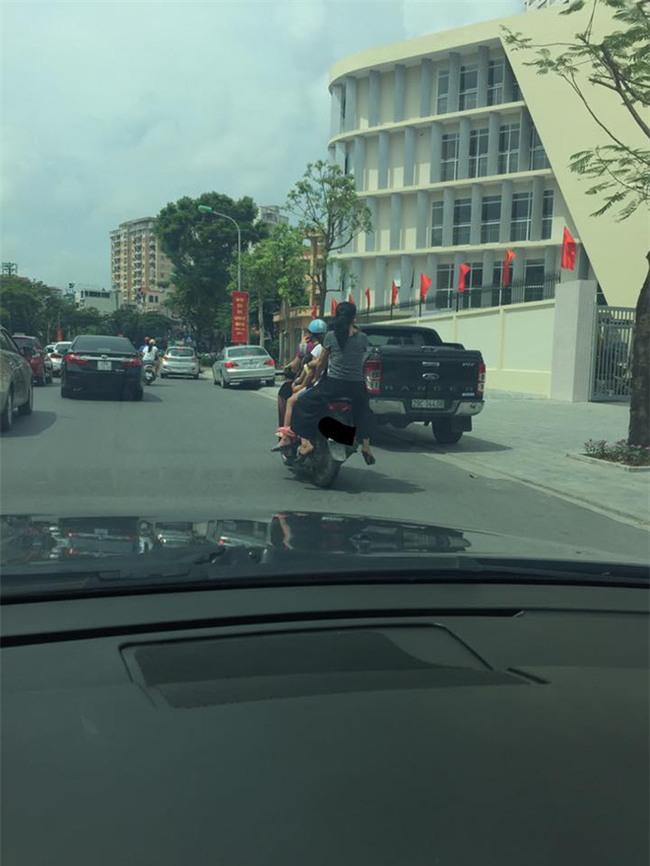 Hình ảnh người phụ nữ trên phố Hà Nội khiến cánh đàn ông tái mặt nể phục  - Ảnh 1.