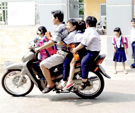 Hình ảnh người phụ nữ trên phố Hà Nội khiến cánh đàn ông tái mặt nể phục  - Ảnh 3.
