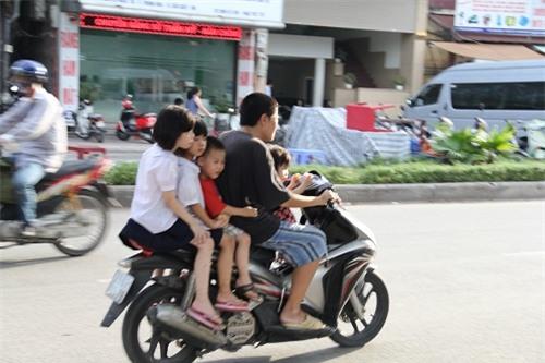 Hình ảnh người phụ nữ trên phố Hà Nội khiến cánh đàn ông tái mặt nể phục  - Ảnh 5.