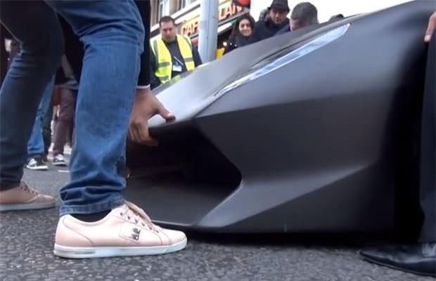 Một chiếc Lamborghini Sesto Elemento thậm chí cần được nâng bằng tay để vỉa hè hỏi phá hỏng mũi xe