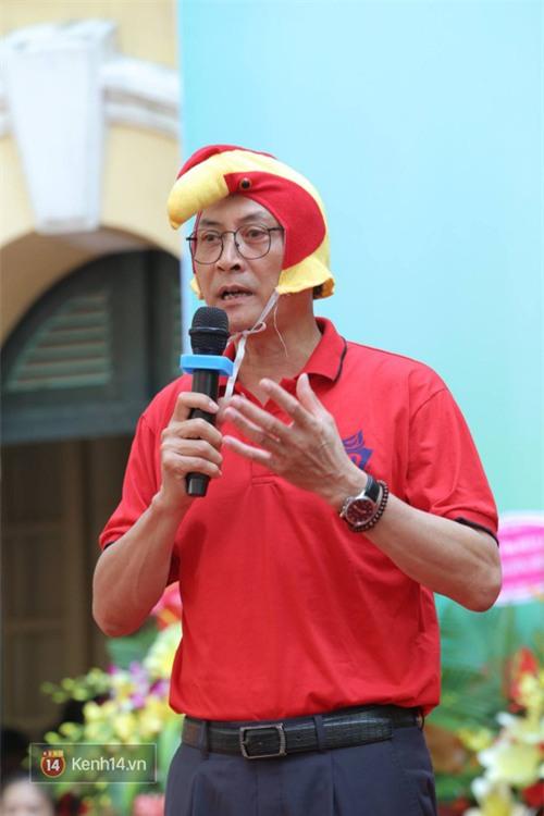 Hiệu trưởng trường Việt Đức hóa gà trống, vui vẻ nhảy múa bên học sinh trong lễ khai giảng-1