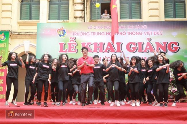 Hiệu trưởng trường Việt Đức hóa gà trống, vui vẻ nhảy múa bên học sinh trong lễ khai giảng-2