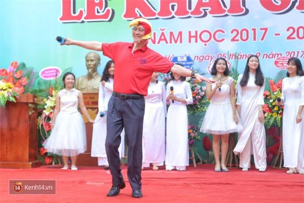 Hiệu trưởng trường Việt Đức hóa gà trống, vui vẻ nhảy múa bên học sinh trong lễ khai giảng-3