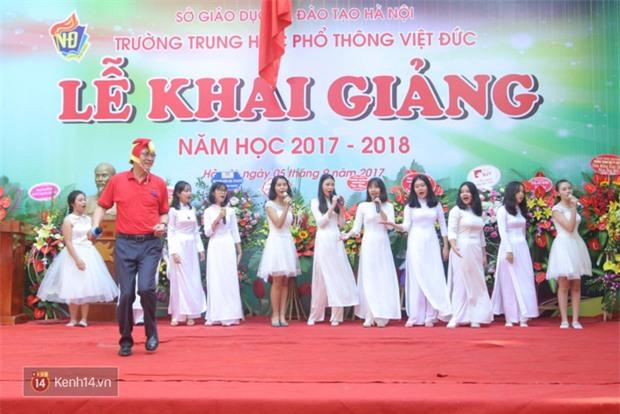 Hiệu trưởng trường Việt Đức hóa gà trống, vui vẻ nhảy múa bên học sinh trong lễ khai giảng-4