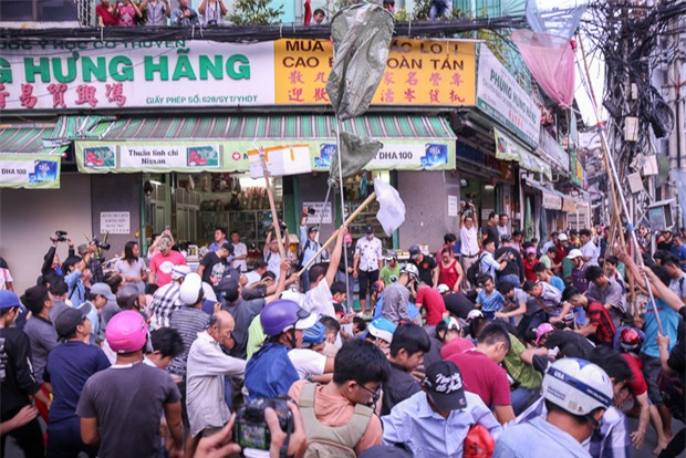 Vợt chế từ mùng, bao gạo và... thùng xốp - Đội quân giật cô hồn ở Sài Gòn ngày càng chuyên nghiệp - Ảnh 1.