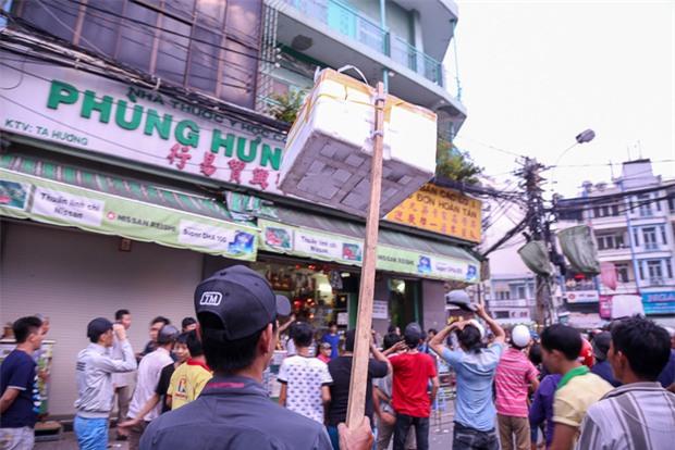 Vợt chế từ mùng, bao gạo và... thùng xốp - Đội quân giật cô hồn ở Sài Gòn ngày càng chuyên nghiệp - Ảnh 8.