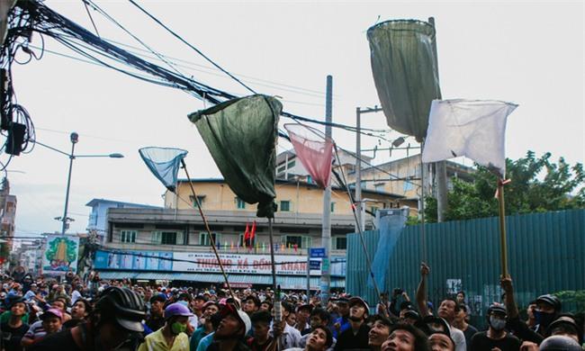 """Vợt chế từ mùng, bao gạo và... thùng xốp - Đội quân """"giật cô hồn"""" ở Sài Gòn ngày càng chuyên nghiệp - Ảnh 13."""