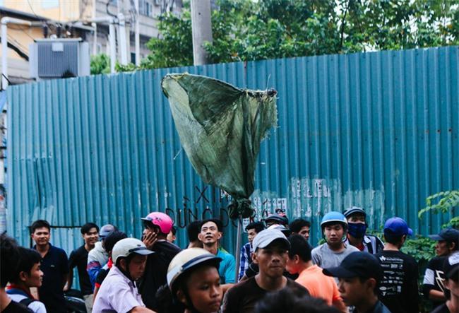 """Vợt chế từ mùng, bao gạo và... thùng xốp - Đội quân """"giật cô hồn"""" ở Sài Gòn ngày càng chuyên nghiệp - Ảnh 2."""