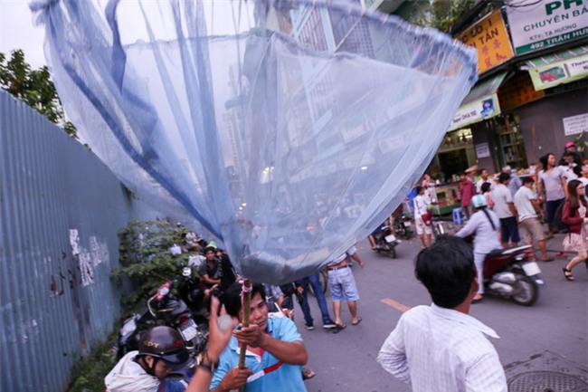 """Vợt chế từ mùng, bao gạo và... thùng xốp - Đội quân """"giật cô hồn"""" ở Sài Gòn ngày càng chuyên nghiệp - Ảnh 3."""