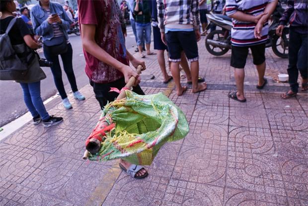Vợt chế từ mùng, bao gạo và... thùng xốp - Đội quân giật cô hồn ở Sài Gòn ngày càng chuyên nghiệp - Ảnh 4.